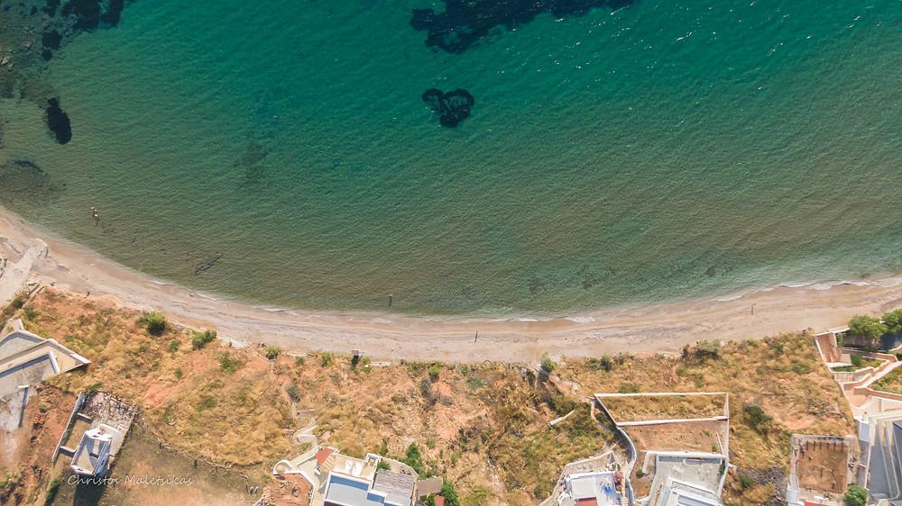 Τα καταπράσινα νερά στο Κόκκινο Λιμανάκι | Φωτ.: Χρήστος Μαλέτσικας
