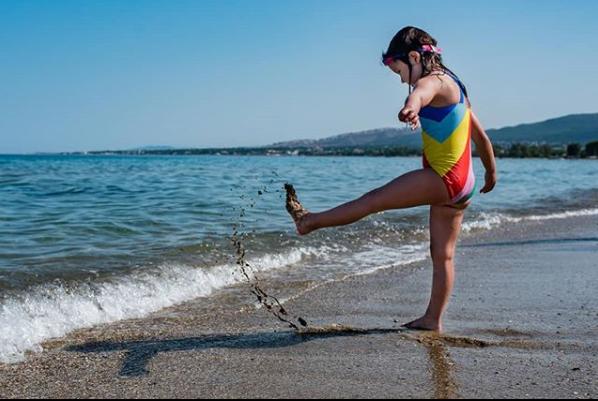 To κορίτσι της Joyce στην παραλία Μαραθώνα
