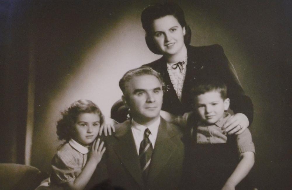 O επιχειρηματίας Χαρίτωνας Τριανταφυλλόπουλος με την οικογένειά του | Πηγή: Λαογραφικό Μουσείο Νέας Μάκρης