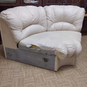 Кожаный диван белый