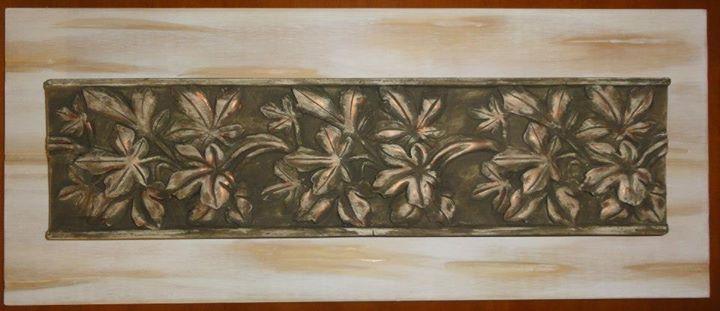 Placa em gesso sobre madeira entalhada (60 x 24 cm