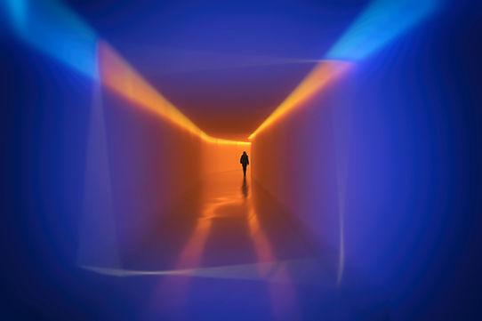 personnage solitaire marchant dans un long tunnel