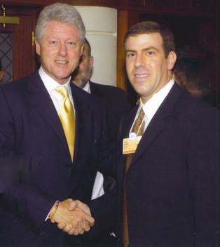 "גלעד עדין עם נשיא ארה""ב לשעבר, ביל קלינטון"