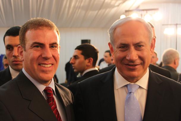 גלעד עדין בהנחיית אירוע עם ראש הממשלה בנימין נתניהו