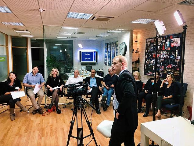 גלעד עדין מלמד אך לדבר מול קהל ומצלמות