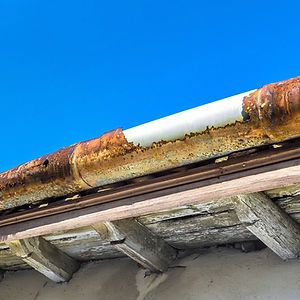 broken-gutter-on-the-roof-of-a-house_t20