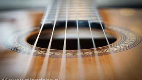 Gitaarsnaren vervangen van een klassieke gitaar.