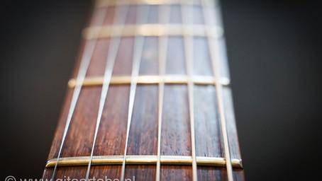 Gitaarsnaren vervangen van een elektrische gitaar.