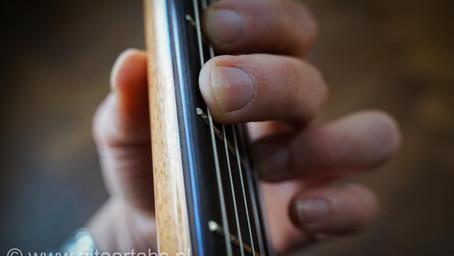Hoe houd je de gitaar vast?