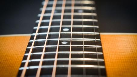 Gitaarsnaren vervangen van een akoestische gitaar.
