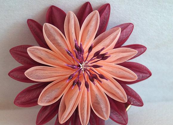 Barrette/Pince à cheveux fleur en organza de soie bordeaux et pêche