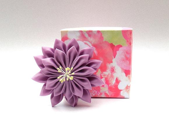 Broche fleur en tissu lavande Kanzashi