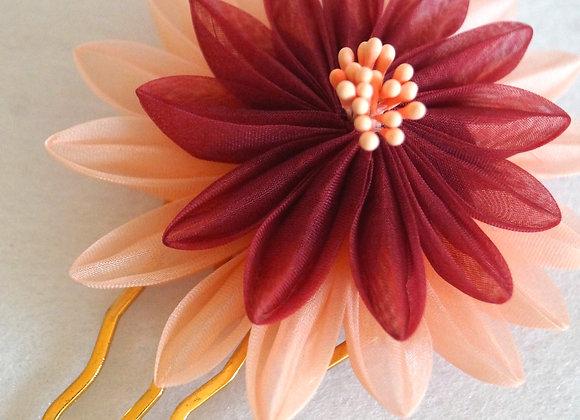 Peigne à cheveux doré, fleur en organza de soie bicolore bordeaux et pêche