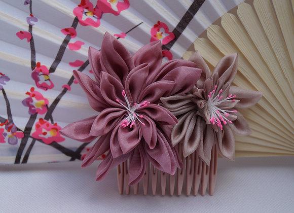 Peigne fleur en soie rose poudré Kanzashi
