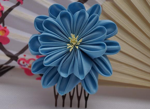 Mini Peigne fleur en tissu bleu ciel Kanzashi