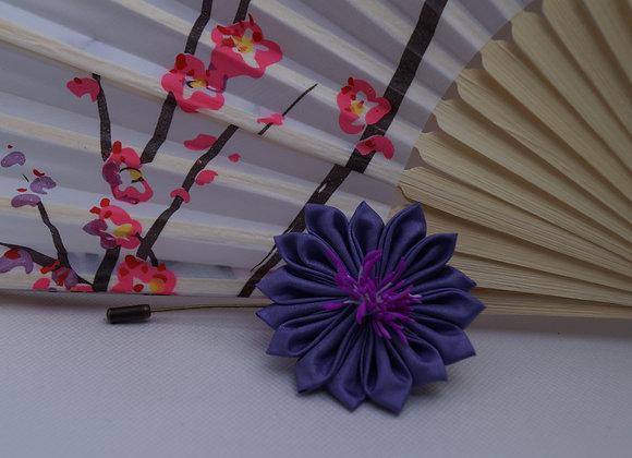 Broche fibule fleur en tissu violet Kanzashi