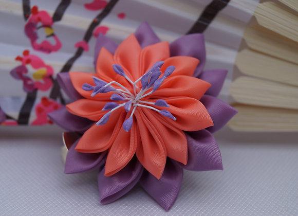 Barrette fleur en tissu lavande et saumon Kanzashi