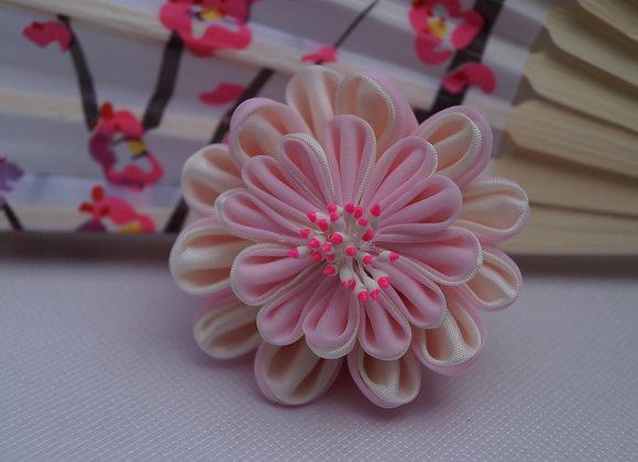 Broche fleur en tissu rose et blanc Kanzashi
