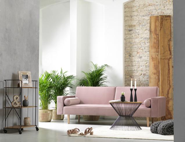 Lys stue med sofa