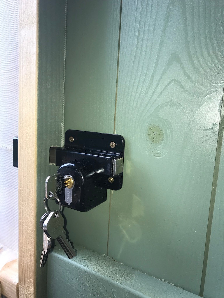 Surface mounted gate lock, fitted to she