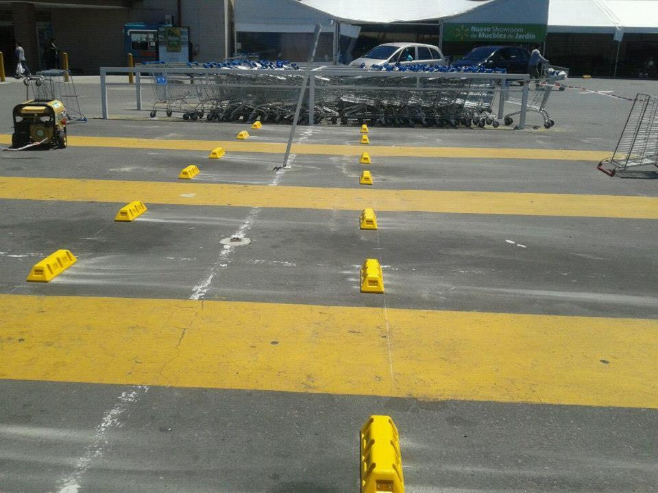 Topes de estacionamientos en Wall Mart santa Fé