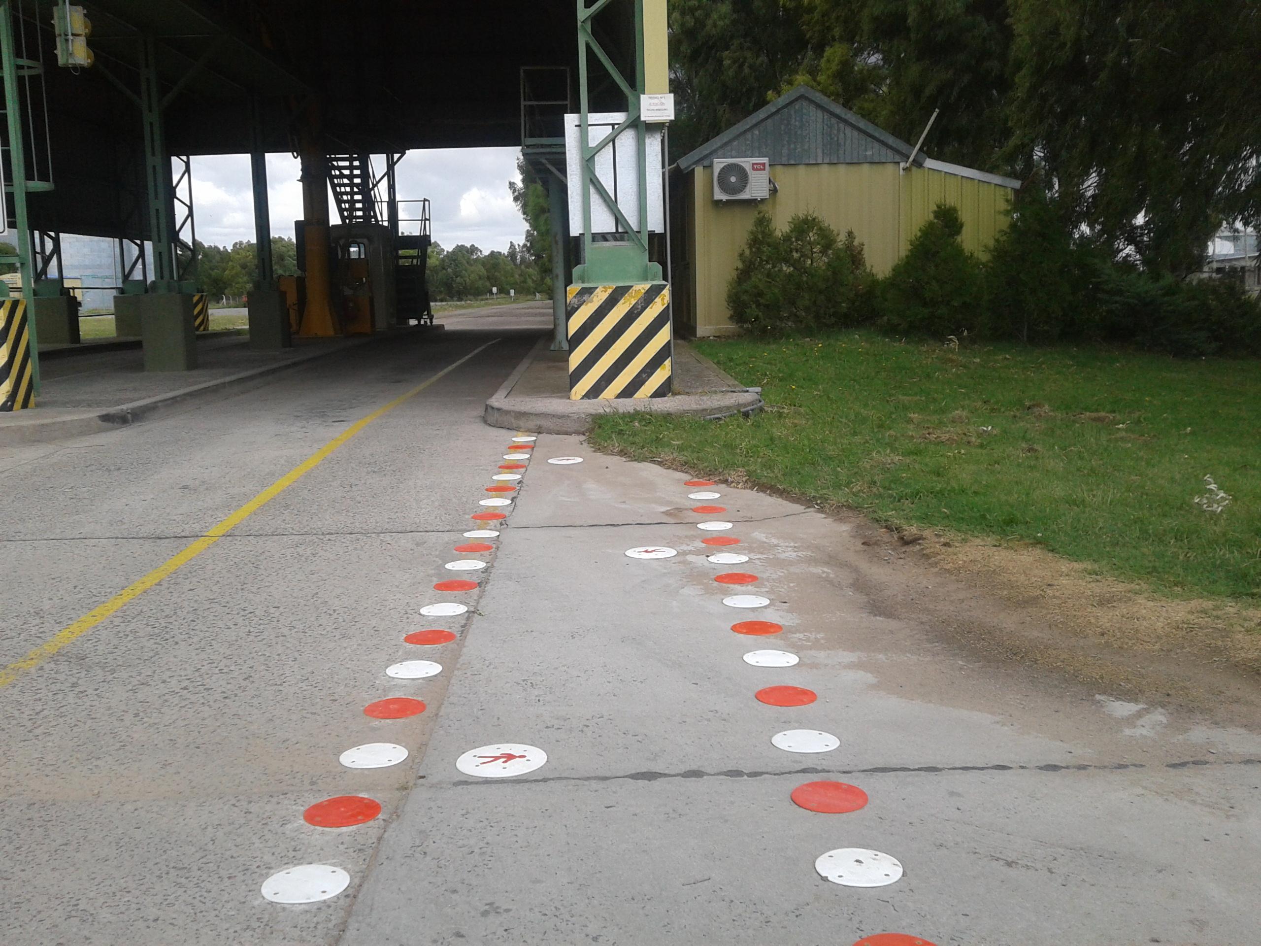 senda con puntos de 190 rojos y blancos. cemento avellaneda