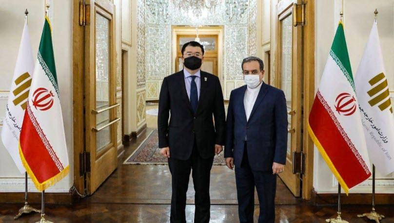 Südkoreas Vize-Außenminister Choi Jong-kun trifft in Teheran seinen iranischen Amtskollegen Abbas Araghchi. (Iranisches Außenministerium / AFP)