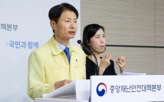 """Der stellvertretende Gesundheitsminister Kim Kang-lip lobt die """"freiwillige Teilnahme"""" von SK Telecom, KT, Naver und Kakao an erhöhten Sicherheitsprotokollen während einer Pressekonferenz am Dienstag in Sejong."""