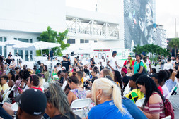 CROWD AT THE MAIN STAGE