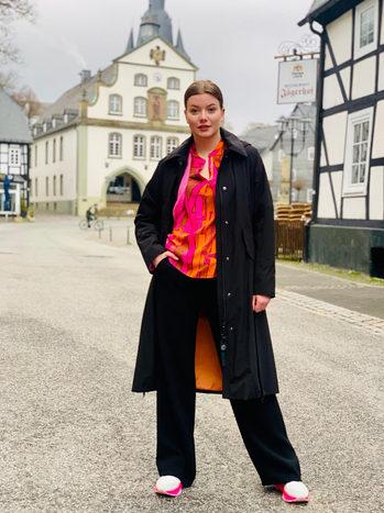 Mantel: Creenstone, Bluse: Emily van den Bergh, Hose: Cambio  bei U I SHE