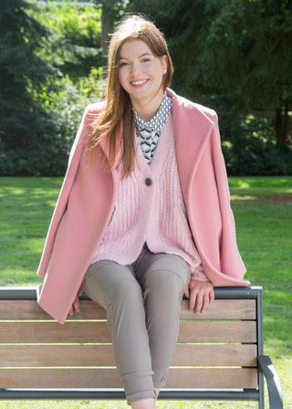 Mantel: Cinzia Rocca, Strickjacke: herzen'Sangelegenheit, Bluse: herzen'Sangelegenheit