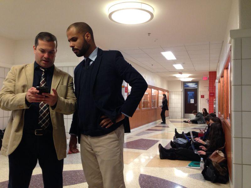 Los profesores, Noel y Reinaldo, revisando los resultados en el Tabroom
