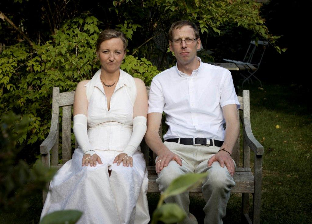Ehepaar auf einer Parkbank