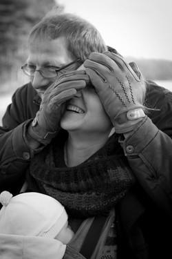 Mann hält Frau den Kopf