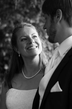 Ehefrau lächelt Ehemann an