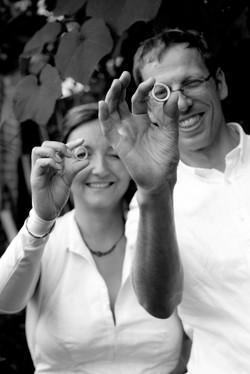 Eheleute zeigen stolz die Ringe