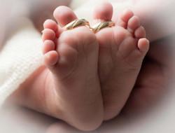 Babyfüsse mit Ehering