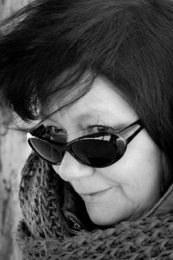 Ältere Dame mit Sonnenbrille