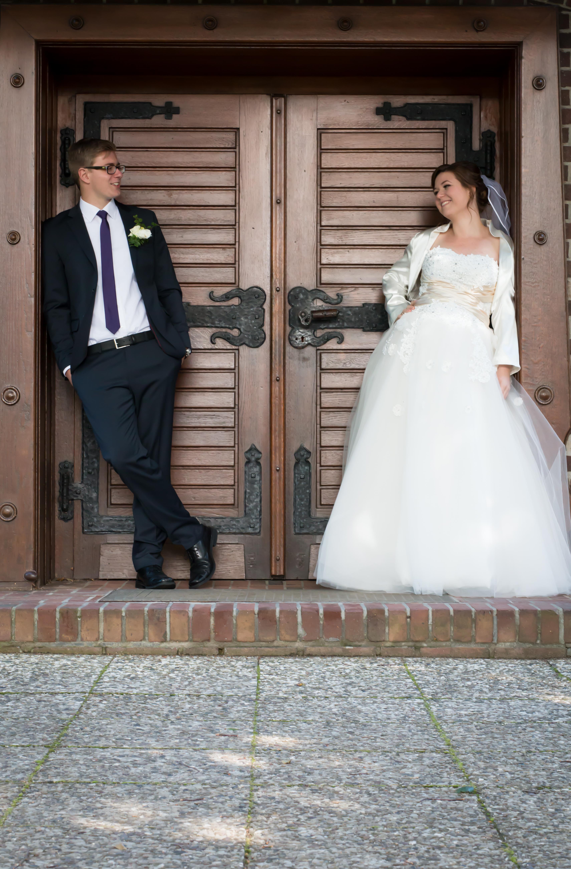 Ehepaar steht in Tür