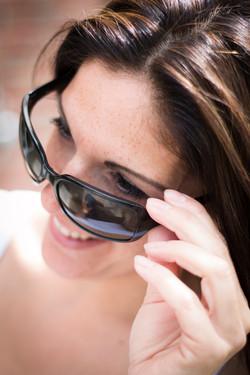 Brünette Frau mit Sonnenbrille