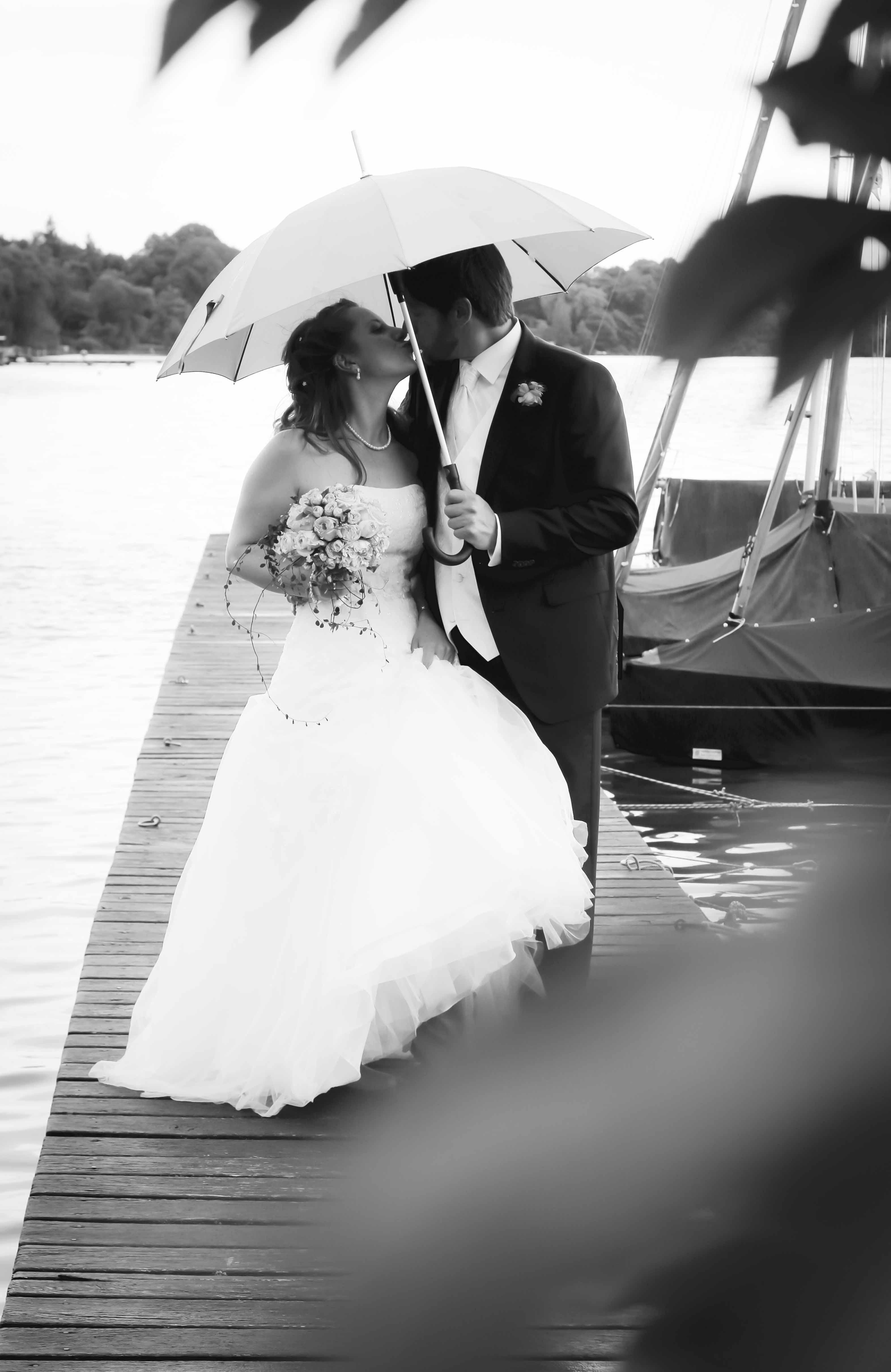 Ehepaar küssend unterm Regenschirm