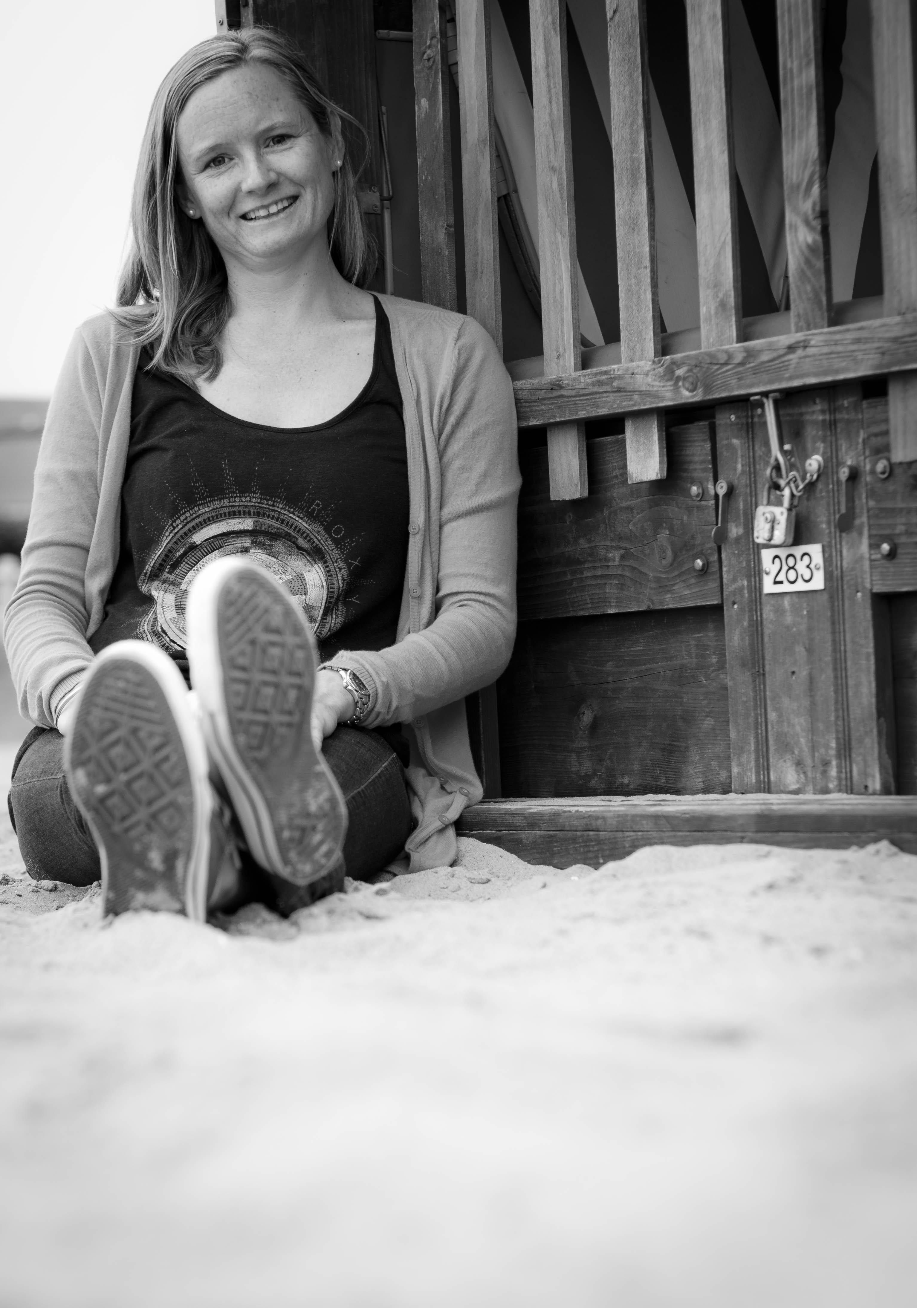 Frau sitzt am Strandkorb