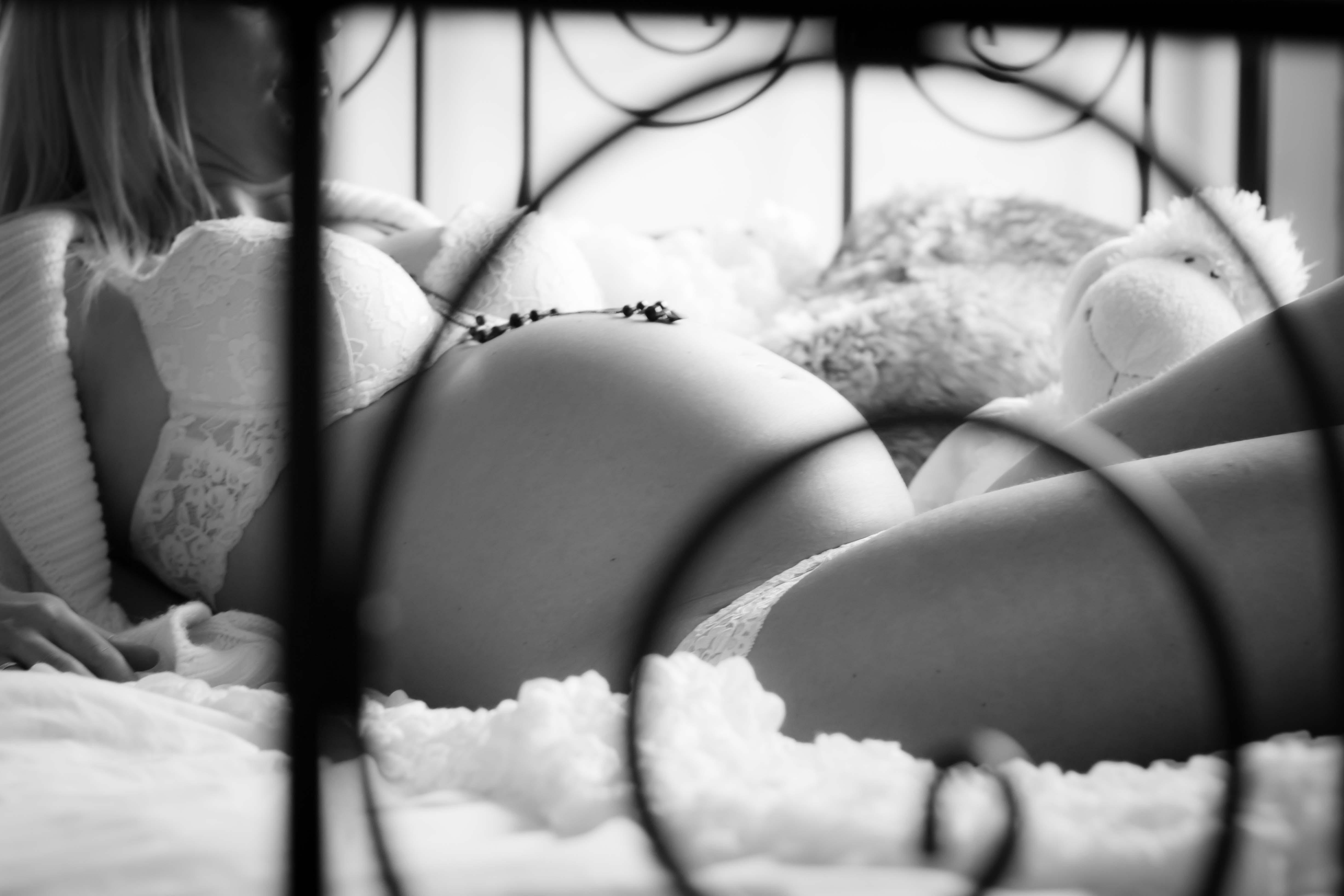 Schwangere mit Dessous im Bett