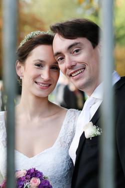 Ehepaar schaut durch ein Gitter