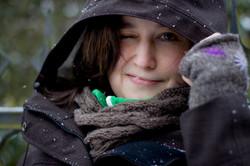 Frau im Regen mit Kaputze