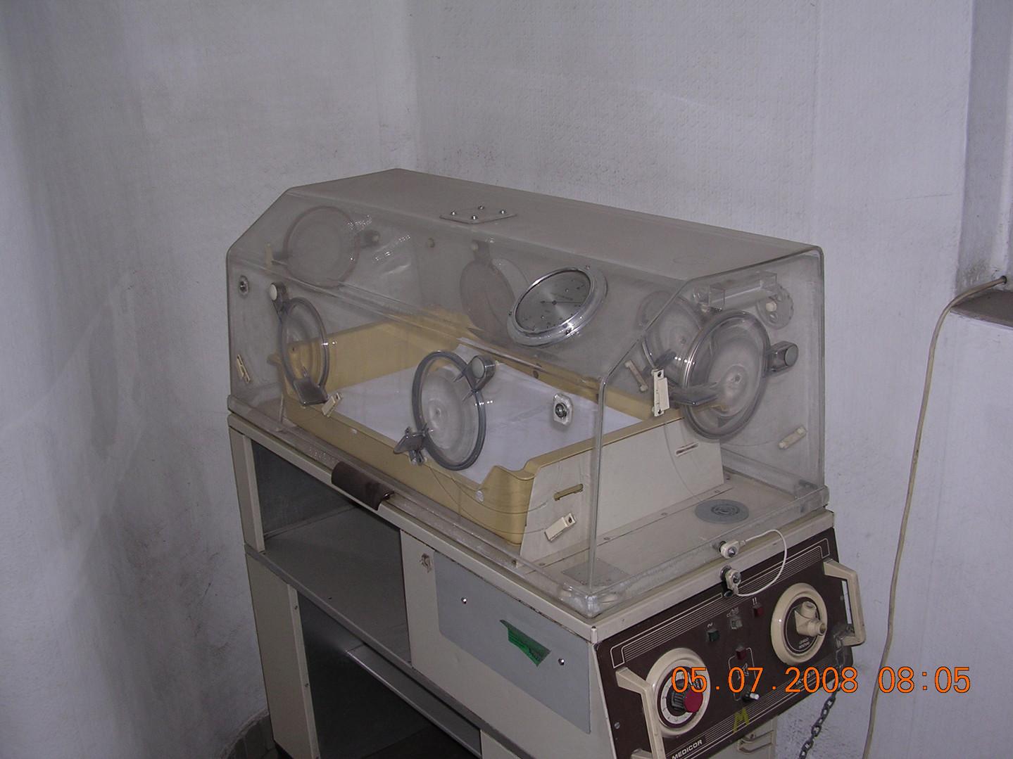 Schöpf-Merei Ágos Anyavédelmi központnak ajándékozott inkubátor