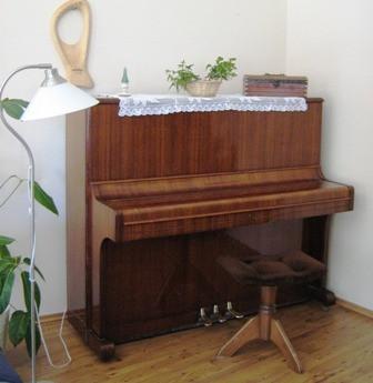 A Velemi Lakóotthonnak ajándékozott pianínó