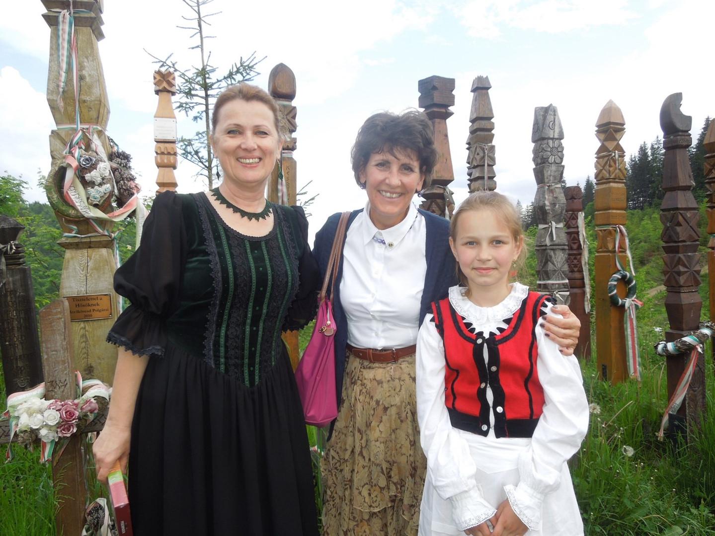 Theisz Katalin tanítónő tanítványával Olasz Edinával, akik csodálatos verssel és énekkel köszöntött bennünket