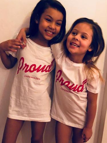 Proud T-shirts til børn kan købes på web