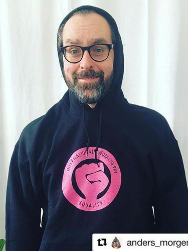 Gør dig klar til den #8marts hoodie kan